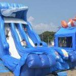 夏だ!海だ!ウォータースライダーだ!日立市海水浴場のビーチは連日大盛況